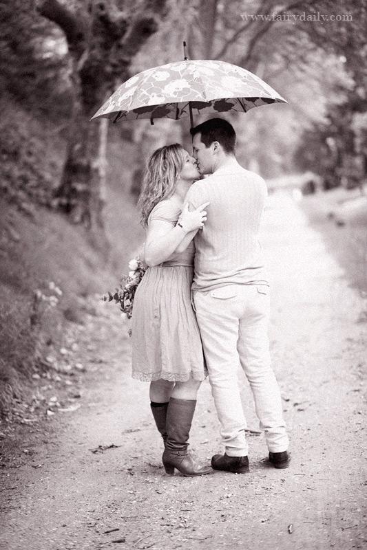 Une couple sous la pluie, seance d'engagement