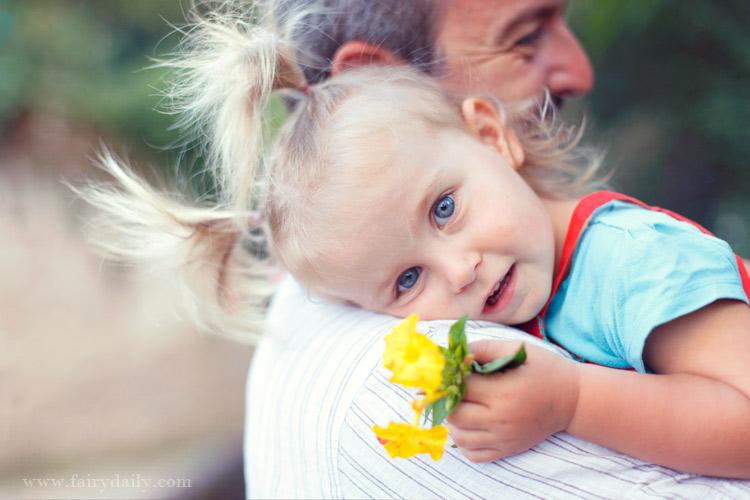 fairydaily, photographe enfants toulouse, bébé fille sur l'epaule de son pere