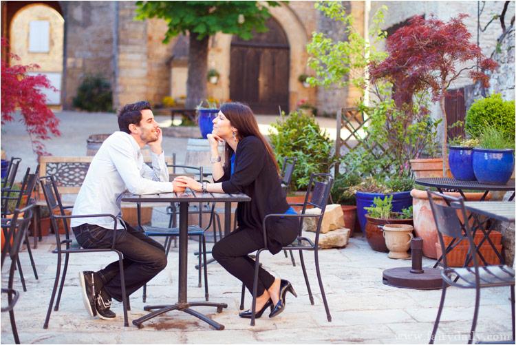 les amoureux dans un petit cafe, photographies avant mariage