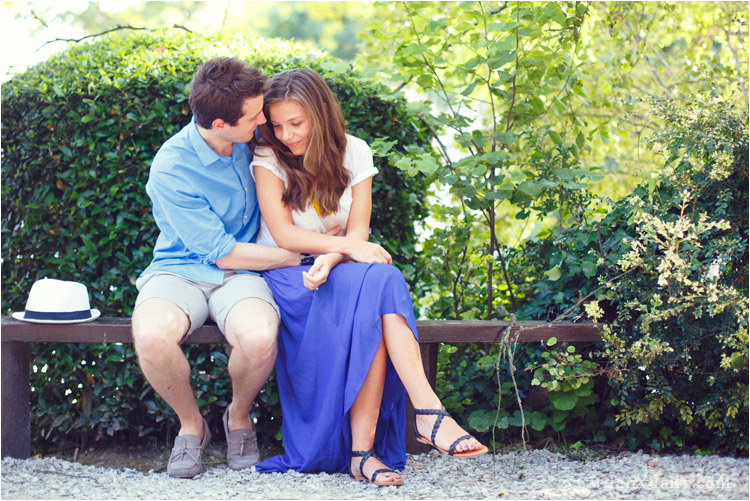 fairy daily, couple assis sur le banc dans un jardin