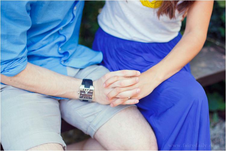 fairydaily, photos d'engagement, couple, tenir la main