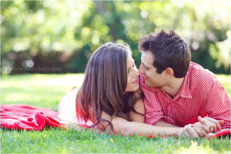 fairydaily, couple allongé sur la pelouse, engagement