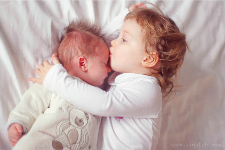 FairyDaily - bébé fille embrase son frère