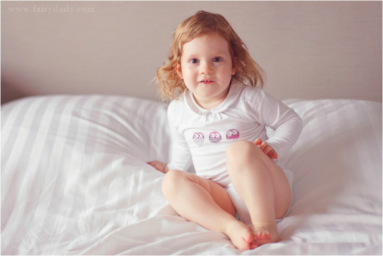 FairyDaily- photographe famille à touolouse, bébé fille sur le lit