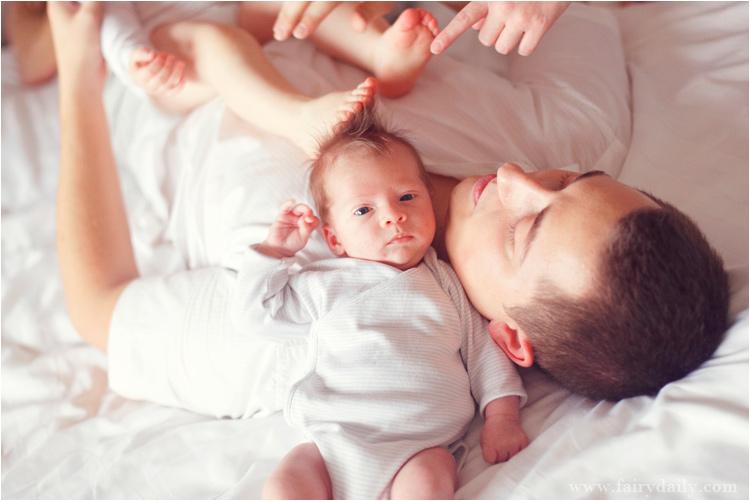 FairyDaily - bébé fille aux pieds nusjoue avec son frère et leur père