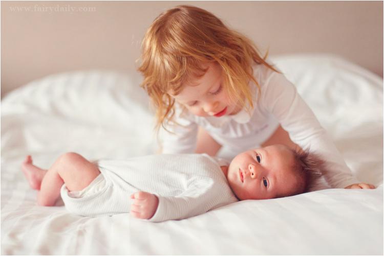 FairyDaily, bébé fille rousse regarde son frère nouveau né